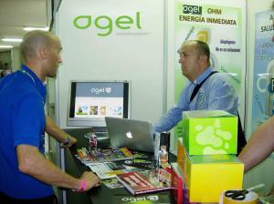 el Team Member Alex Ormazabal en el stand de AGEL con el medico personal de Eneko Llanos