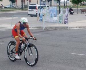 Virginia Berasategui, campeona de Europa de Triatlón, pasa ante los expositores de Agel.